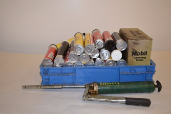 LOT OF ASSORTED LUBRICATING GREASE AND GREASE GUN