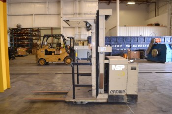 CROWN 30SP42TT-S ORDER PICKER, 3000 LB CAPACITY