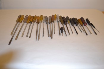 LOT OF ASSORTED FLAT HEAD SCREWDRIVERS