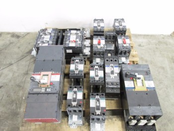 LOT OF GE SPECTRA CIRCUIT BREAKERS AND CIRCUIT BREAKER MODULES
