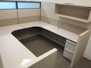 OFFICE W/ U-SHAPED DESK